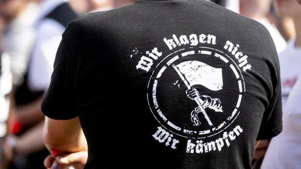 """""""Wir klagen nicht. Wir kämpfen"""" steht auf dem T-Shirt eines Teilnehmers einer Neonazi-Demonstration. Foto: ---/dpa"""