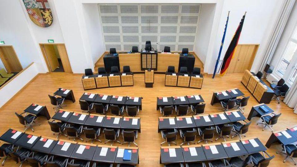 Der leere Plenarsaal des Landtags des Saarlands. Foto: Oliver Dietze/Archivbild