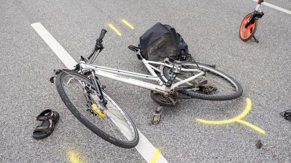 Ein Fahrrad liegt nach einem Verkehrsunfall auf der Straße. Foto: Daniel Bockwoldt/Archiv