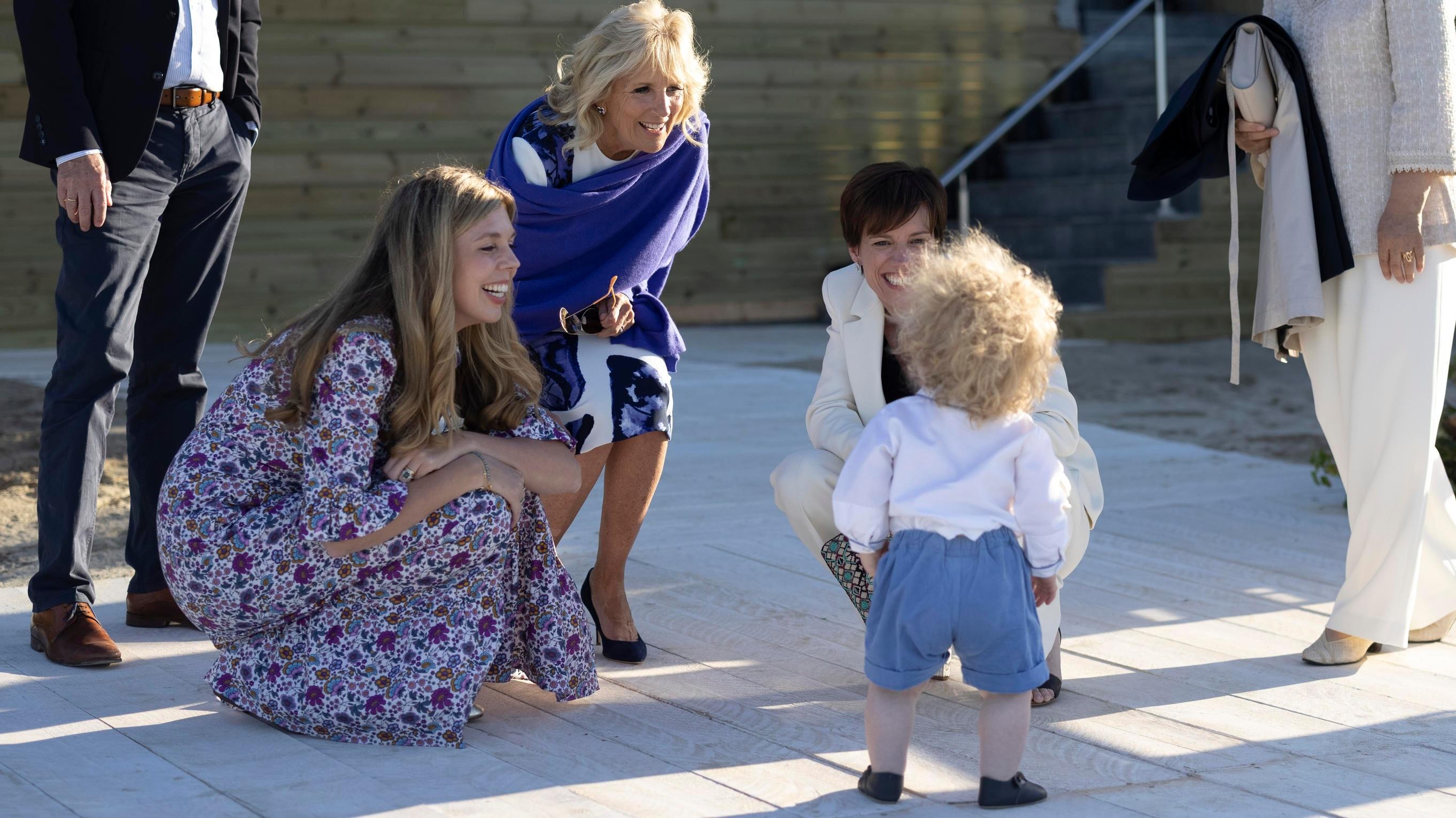 Carrie Johnson und Sohn Wilfred mit den Partnerinnen und Partnern der  G-7-Staatenlenker (Foto:  Simon Dawson/No 10 Downing Street)