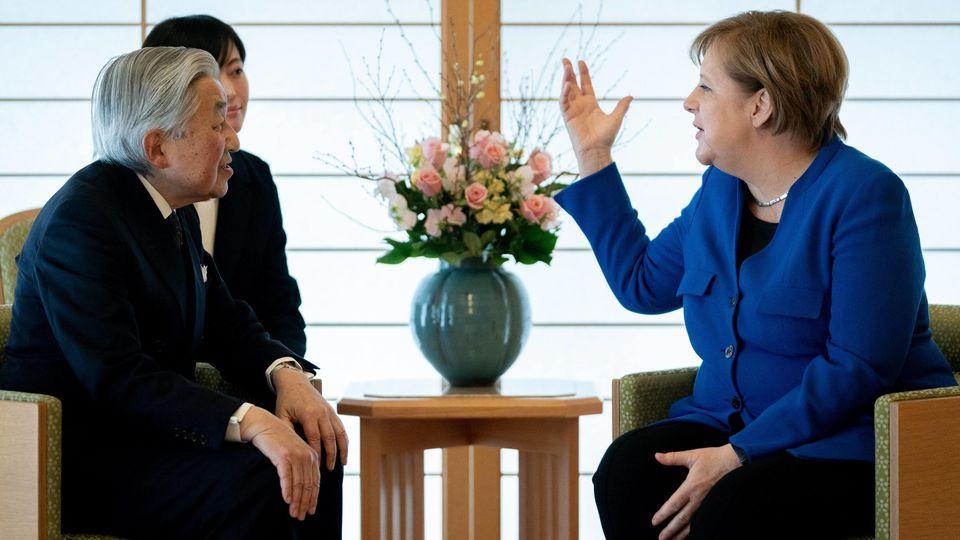 Japan, Tokio: Bundeskanzlerin Angela Merkel (CDU) wird vom japanischen Kaiser Akihito in der Residenz des Palastes empfangen. Darüber hinaus stehen unter anderem am zweiten Tag der Reise der Kanzlerin nach Japan ein Gespräch mit dem Kronp