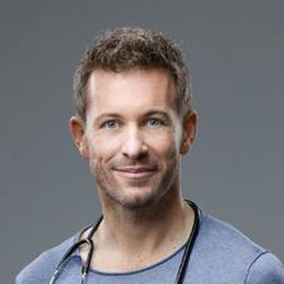 """Schauspieler Jan Hartmann spielt Dr. Alex Rode in """"Lifelines""""."""
