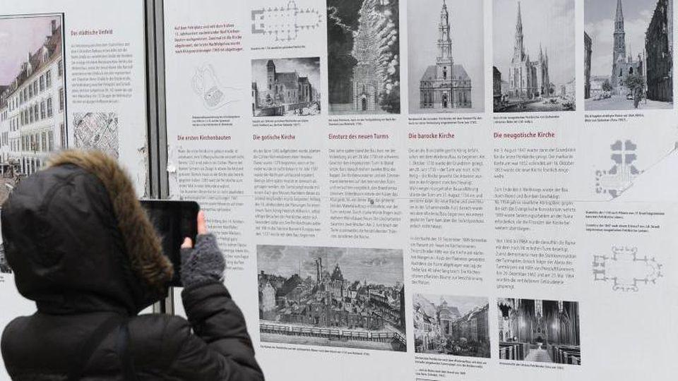 Informationstafel zur historischen Petrikirche am Petriplatz in Berlin. Foto: Jens Kalaene/Archivbild