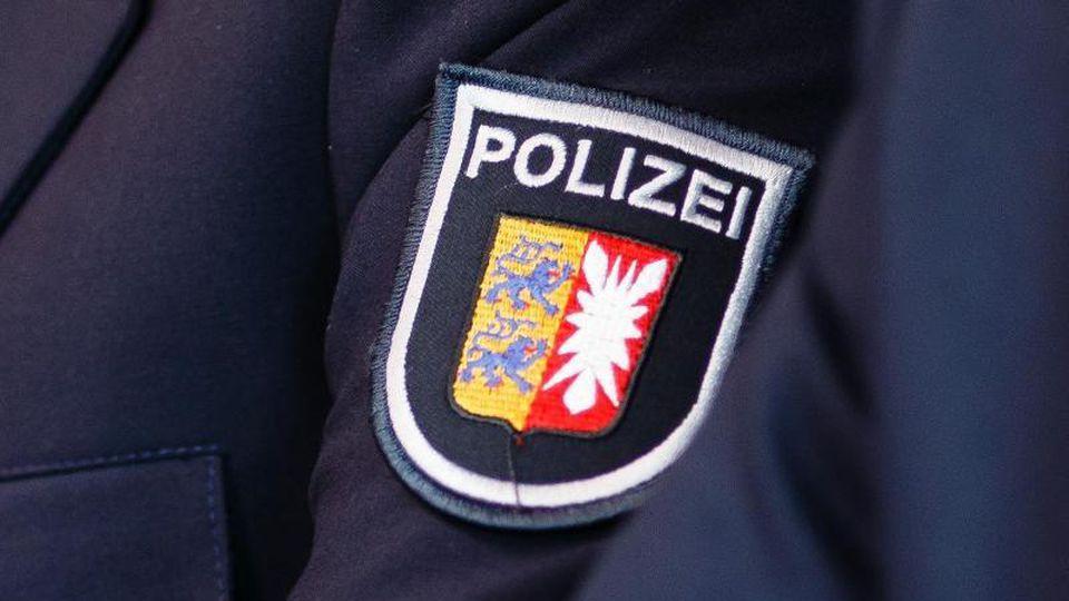Zweieinhalb Monate nach der blutigen Gewalttat auf einem Reiterhof in Quickborn im Kreis Pinneberg hat die Polizei einen Mann festgenommen.