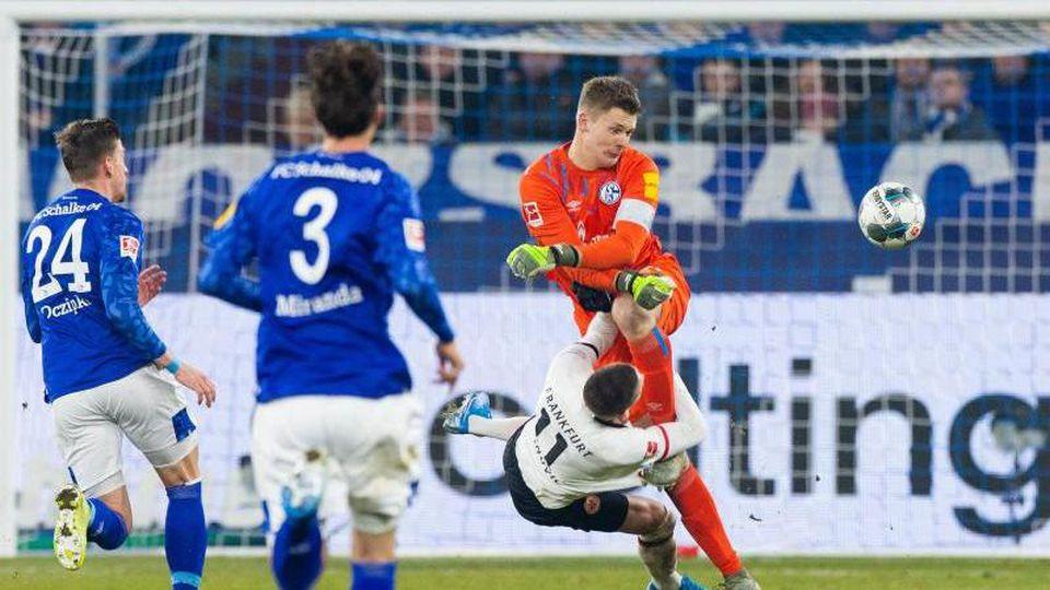 Schalkes Weston McKennie liegt nach einem Zweikampf mit Frankfurts Dost auf dem Rasen. Foto: Rolf Vennenbernd/dpa