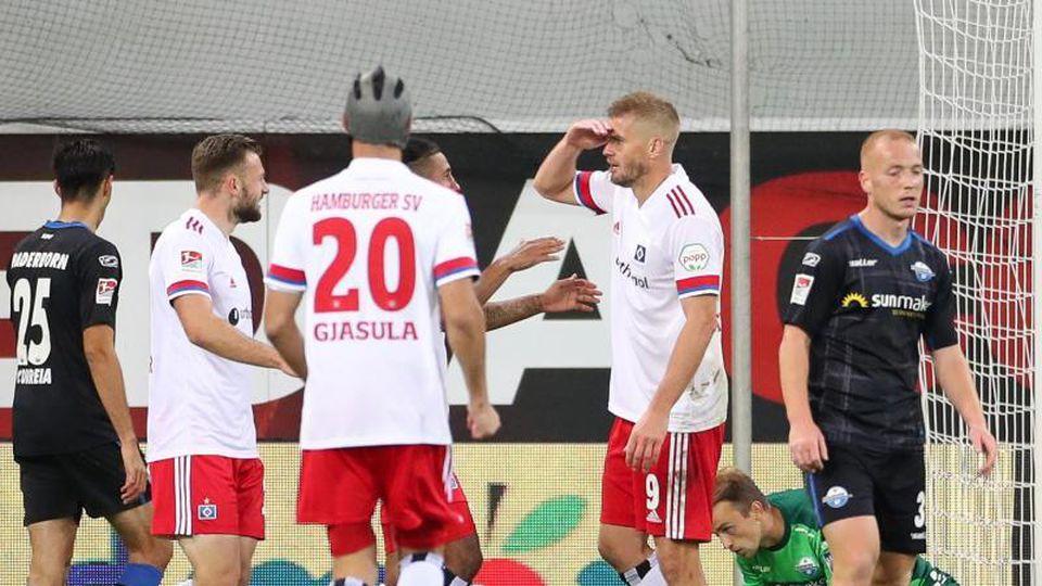 Torjäger Simon Terodde (2.v.r.) traf für den HSV in Paderborn zweimal. Foto: Friso Gentsch/dpa