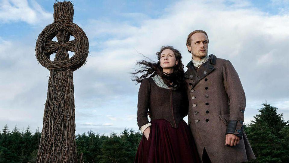 """Caitriona Balfe und Sam Heughan spielen die Hauptrollen in der Erfolgsserie """"Outlander"""", die auf Diana Gabaldons Highland-Saga basiert."""