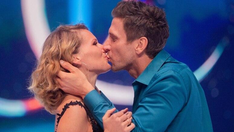 """Janni Hönscheid und Peer Kusmagk 2019 in der Show """"Dancing on Ice""""."""