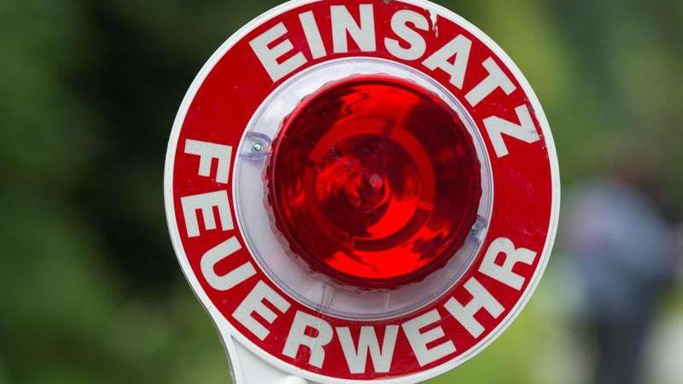 """Eine Kelle mit der Aufschrift """"Einsatz Feuerwehr"""". Foto: Armin Weigel/Archivbild"""