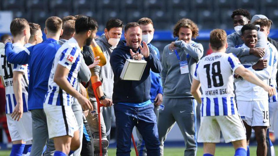 Trainer Pal Dardai (M.) führte Hertha BSC zum Klassenerhalt. Foto: Annegret Hilse/Reuters-Pool/dpa