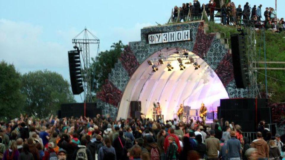 Besucher stehen vor der Bühne des Fusion-Festivals. Foto: Alexander Müller/epa Scanpix Sweden/Archivbild