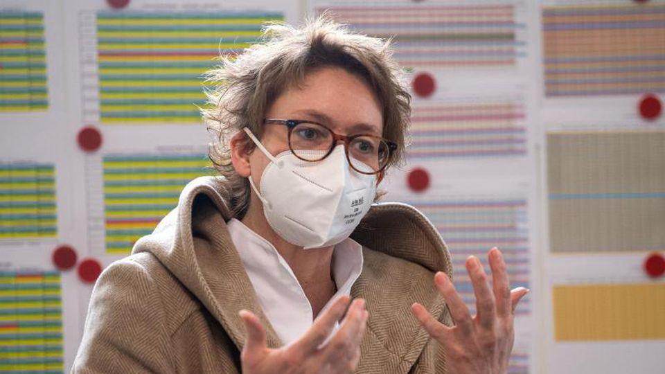 Daniela Behrens spricht bei einem Besuch in einem Impfzentrum. Foto: Sina Schuldt/dpa/Archivbild