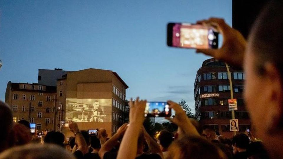 """Die Projektion der Rammstein-Single """"Radio"""" an der Ecke Torstraße/Prenzlauer Allee. Foto: Christoph Soeder"""