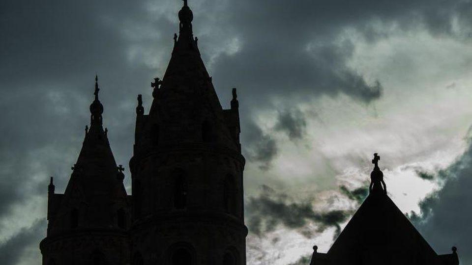 Regenwolken über dem Wormser Dom. Foto: Andreas Arnold/dpa/Archivbild
