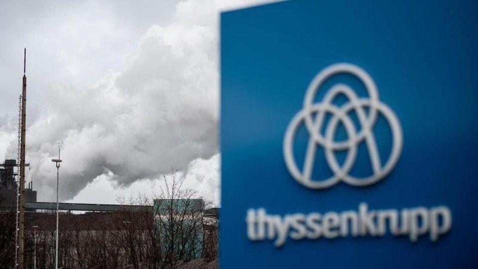 Das Logo von Thyssenkrupp ist vor dem HKM-Stahlwerk auf einem Schild angebracht. Foto: Fabian Strauch/dpa