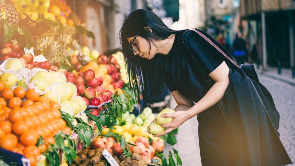 Nachhaltig einkaufen heißt beispielsweise, Obst und Gemüse ohne Plastikverpackung zu kaufen.