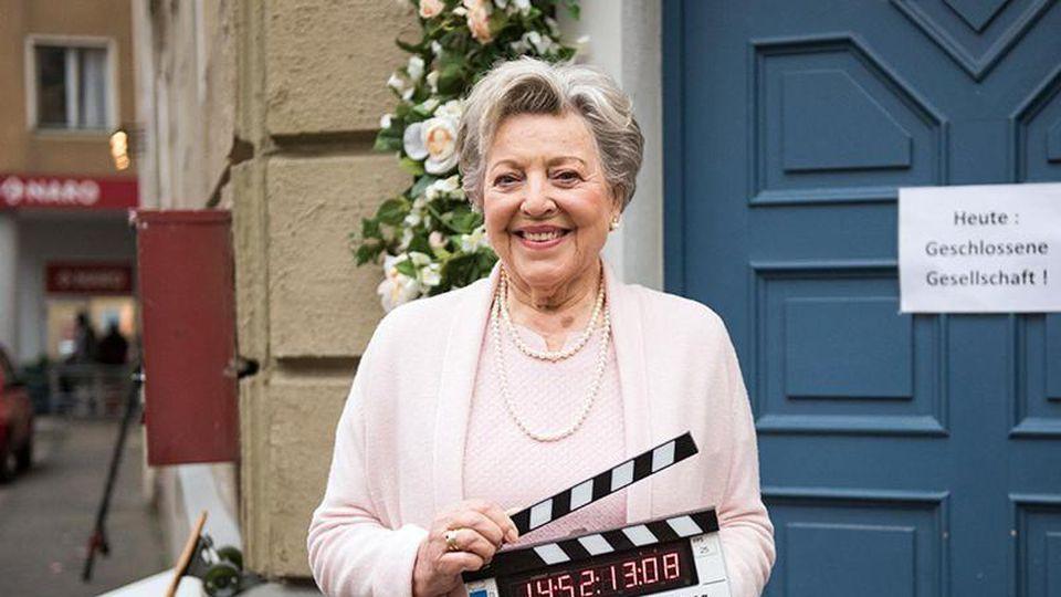 """Marie-Luise Marjan vor dem """"Restaurant Akropolis"""". Foto: Steven Mahner/WDR/dpa"""