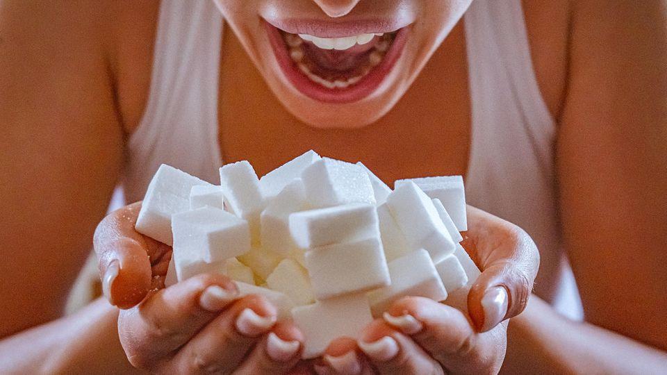 Viele Lebensmittel enthalten zu viel Zucker. Um Krankheiten vorzubeugen, reduzieren Einzelhandelsketten nun den Gehalt in ihren Eigenprodukten.