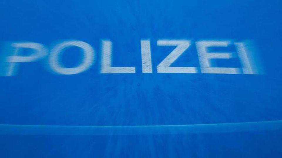"""Schriftzug """"Polizei"""" auf der Motorhaube eines Funkstreifenwagens. Foto: Jens Büttner/dpa-Zentralbild/dpa/Archivbild"""