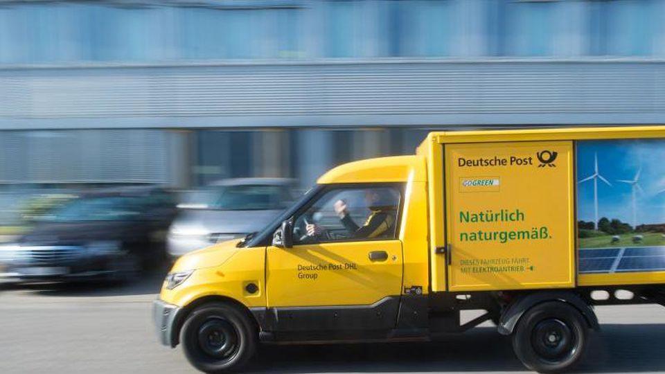 Ein Streetscooter fährt über den Hof des Briefzentrums der Deutschen Post. Foto: Klaus-Dietmar Gabbert/dpa-Zentralbild/dpa