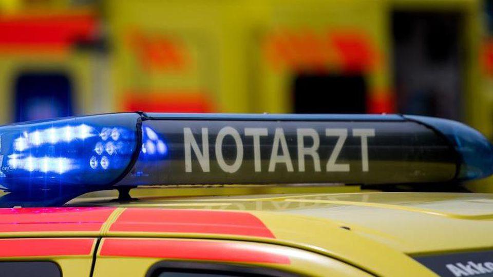 EinNotarztwagen steht mit eingeschaltetem Blaulicht. Foto: Monika Skolimowska/dpa-Zentralbild/dpa/Symbolbild