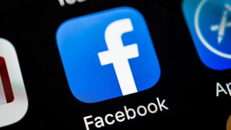 In der iOS-App von Facebook schaltet sich unerlaubt die Kamera an, während der Nutzer durch seinen Feed scrollt.