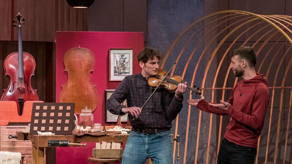 """Sebastian Oberlin (l.) und Adrian Rennertz aus Freiburg präsentieren mit """"Klang2"""" ein akustisches Memory-Spiel."""