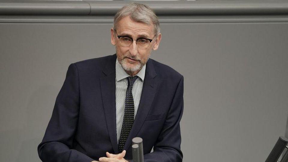 Armin Schuster (CDU) spricht im Bundestag. Foto: Michael Kappeler/dpa/Archivbild