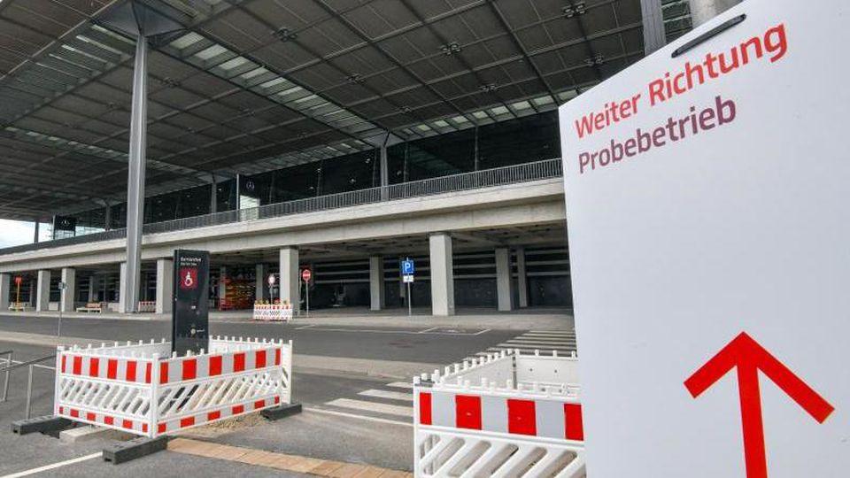 Eingang zum Terminal des Hauptstadtflughafens Berlin Brandenburg Willy Brandt (BER). Foto: Patrick Pleul/dpa-Zentralbild/dpa/Archivbild