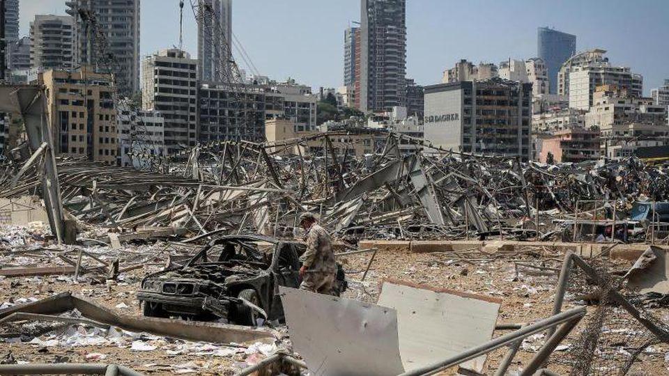 Ein libanesischer Soldat untersucht ein Auto am Ort der verheerenden Explosion im Hafen Beiruts. Foto: Marwan Naamani/dpa