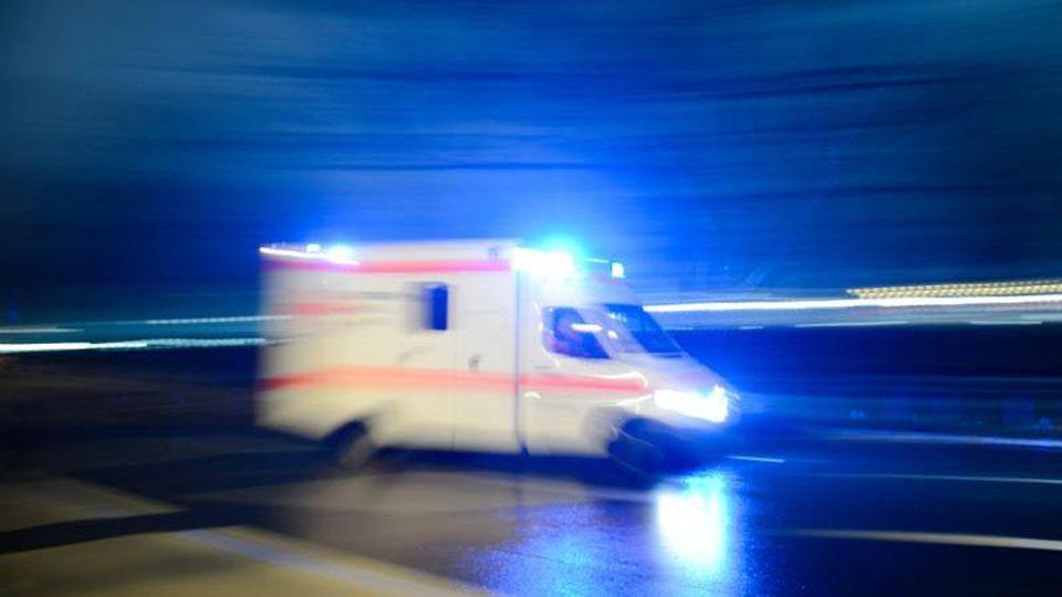 Ein Rettungswagen fährt mit Blaulicht über eine Straße. Foto: Lukas Schulze/dpa/Archivbild