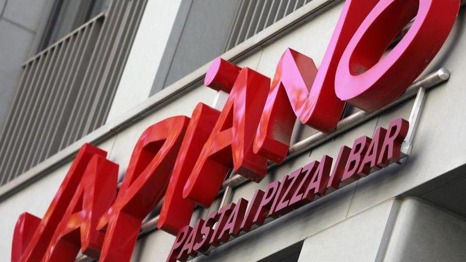 Der Schriftzug der Restaurantkette Vapiano hängt über einer Filiale. Foto: Oliver Berg/dpa