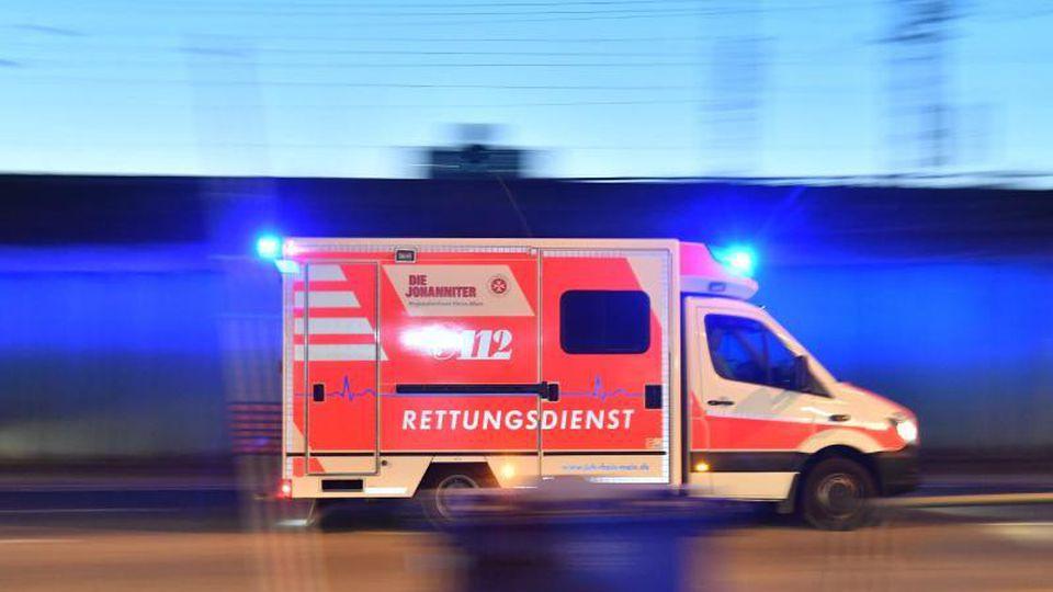 Ein Rettungswagen ist mit eingeschaltetem Blaulicht im Einsatz. Foto: Boris Roessler/dpa/Archiv
