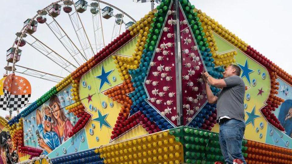 """Ein großes Fahrgeschäft und ein nostalgisches Riesenrad """"Roue Parisienne"""" werden vor der Westfalenhalle aufgebaut. Foto: Bernd Thissen/dpa/Archivbild"""