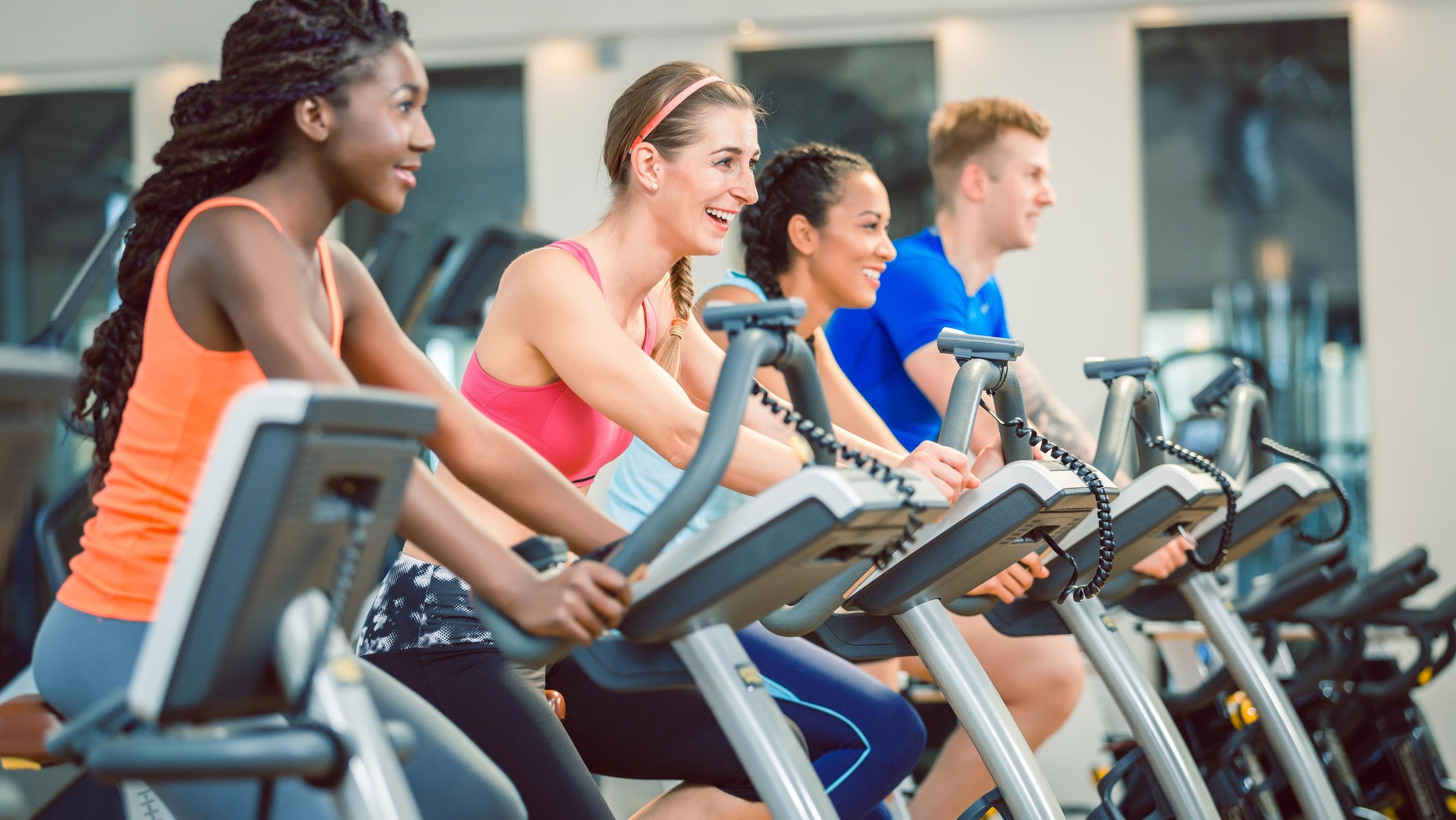 Im Fitnessstudio Selbstbewusstsein ausstrahlen geht eigentlich ganz leicht.