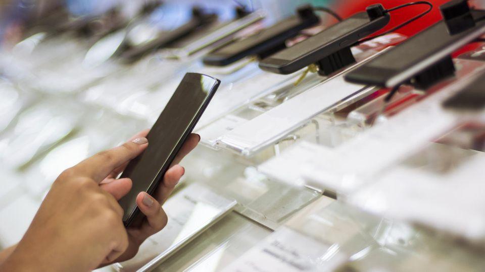 Stiftung Warentest hat 24 Smartphones auf Qualität und Preis untersucht.