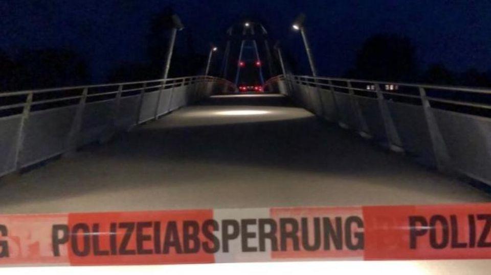 Ein alkoholisierter LKW-Fahrer fährt sich in der vergangenen Nacht auf der Fußgängerbrücke am Weserwall fest.