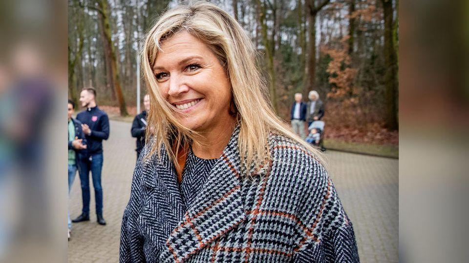 Königin Máxima der Niederlande im modischen Mantel.