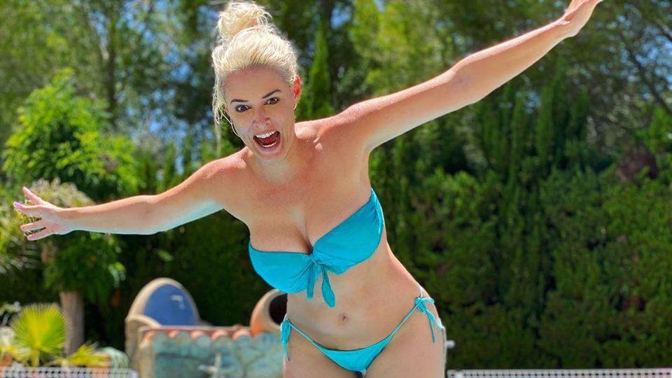 "Daniela Katzenberger versucht sich mit ihrem Mann Lucas Cordalis an der Hebefigur aus ""Dirty Dancing""."