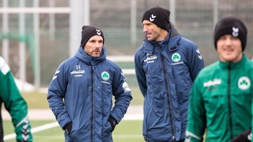 Trainer Stefan Leitl (l) mit Co-Trainer Andre Mijatovic (2.v.r.) bei einem Training. Foto: Daniel Karmann/dpa/Archivbild
