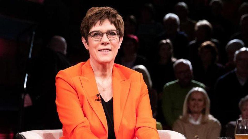 """Annegret Kramp-Karrenbauer, CDU-Bundesvorsitzende und Verteidigungsministerin, bei der ZDF-Talkshow """"Markus Lanz"""". Foto: Christian Charisius/dpa"""