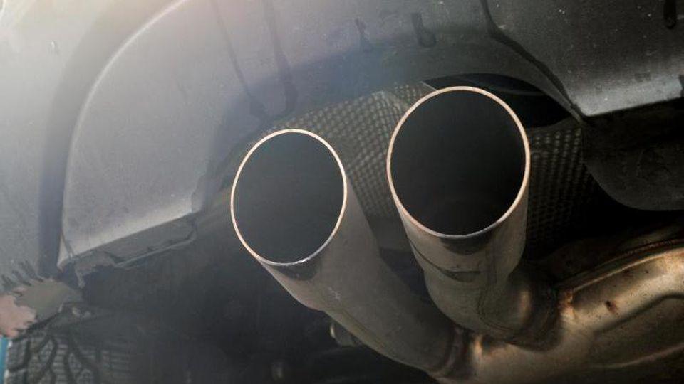 Blick auf die Auspuffrohre eines Diesel-Pkw. Foto: Hendrik Schmidt/Archiv