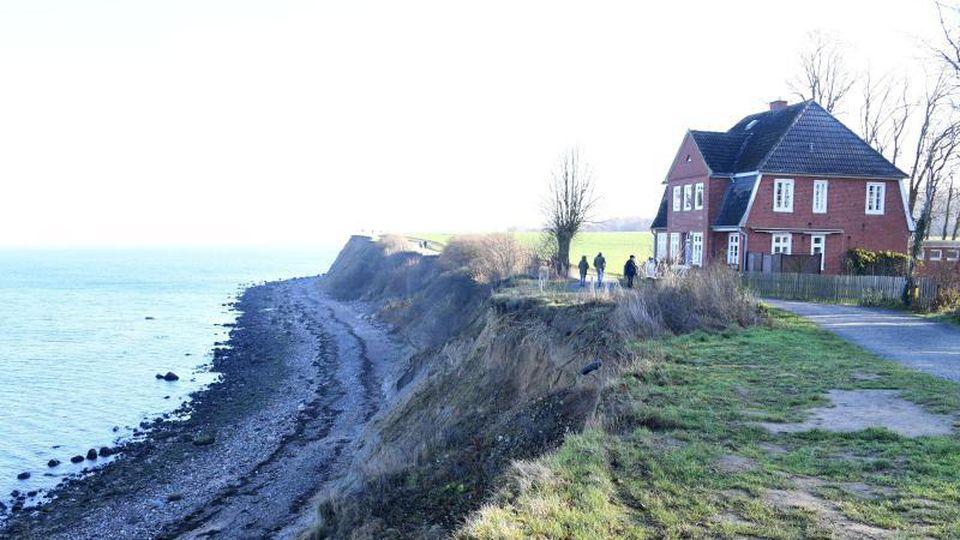 Direkt an der Abbruchkante des Brodtener Ufers an der Ostsee steht das Jugendfreizeitheim Haus Seeblick. Foto: Carsten Rehder/dpa
