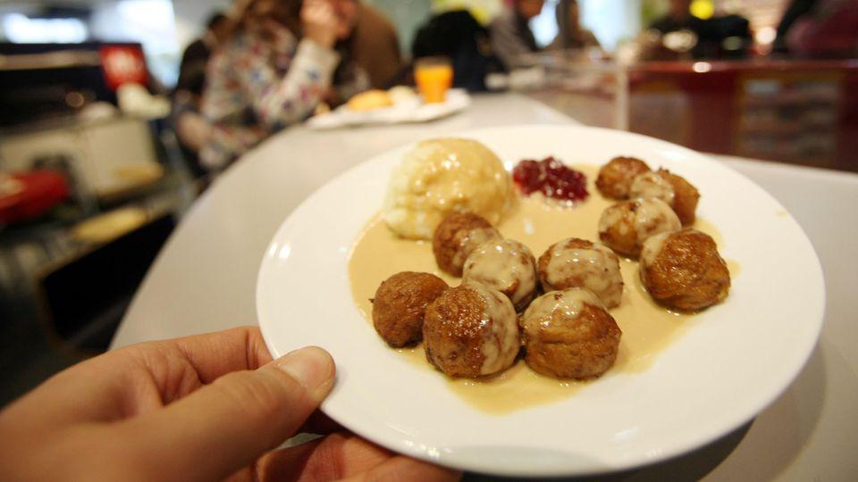 Teller mit Köttbullar in einem chinesischen IKEA in Shanghai.