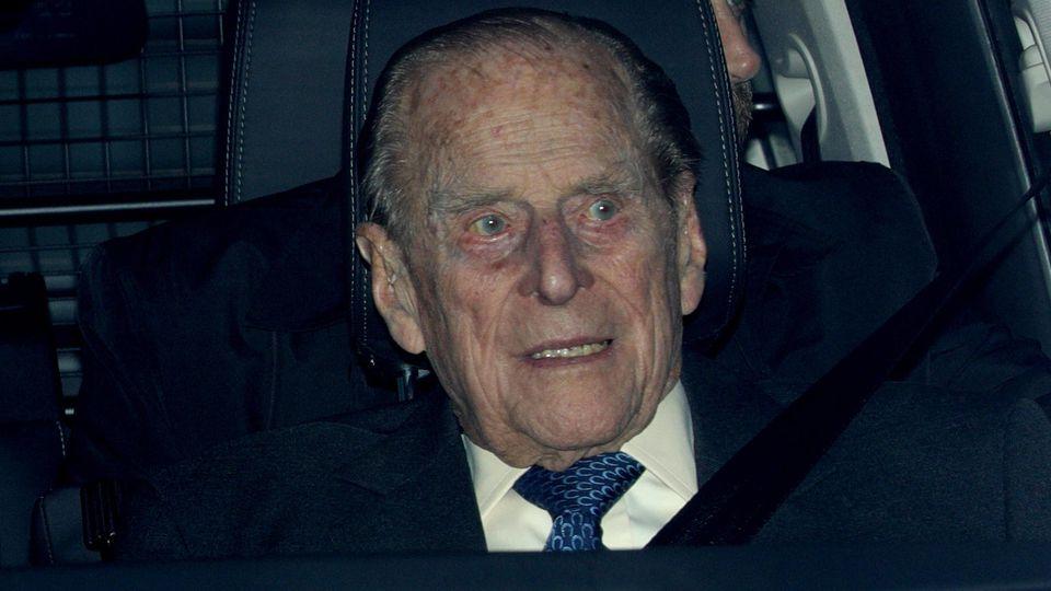 Prinz Philip in einem Auto.