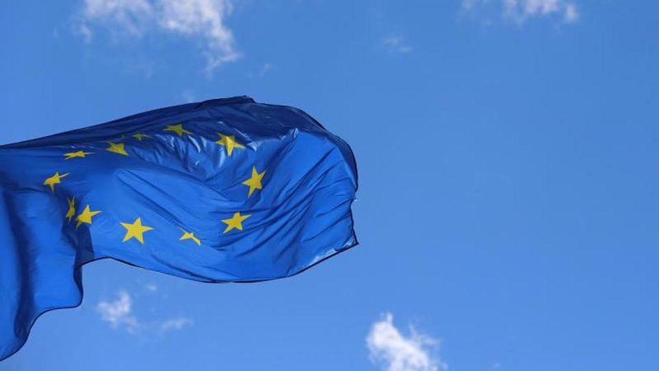 Eine Europafahne weht vor dem Europäischen Parlament inStraßburg. Foto: Karl-Josef Hildenbrand