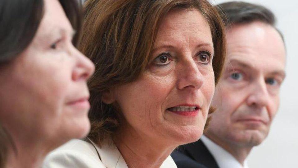 Die Ministerpräsidentin von Rheinland-Pfalz, Malu Dreyer (SPD, M), spricht. Foto: Arne Dedert/dpa/Archivbild