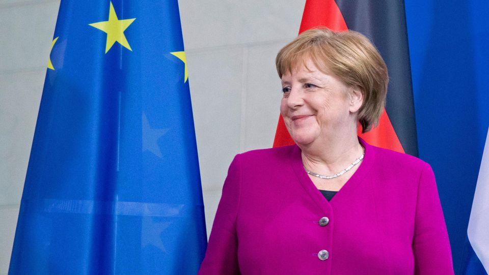 16.05.2019, Berlin: Bundeskanzlerin Angela Merkel (CDU) wartet auf den Ministerpräsidenten der Niederlande nach einem Treffen im Bundeskanzleramt. Foto: Kay Nietfeld/dpa +++ dpa-Bildfunk +++