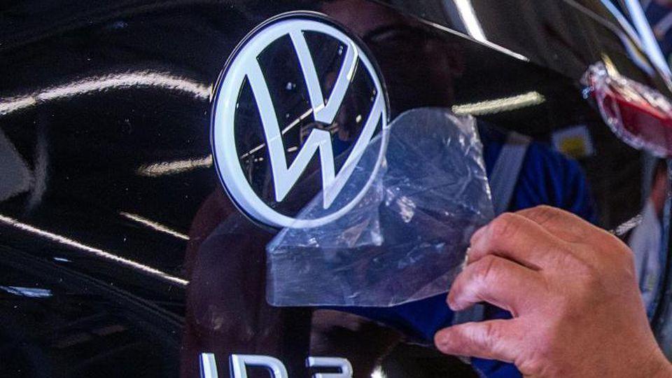 Das Elektroauto ID.3. gehört zur neuen ID-Serie, mit der Volkswagen Milliarden in die E-Mobilität investiert. Foto: Jens Büttner/zb/dpa