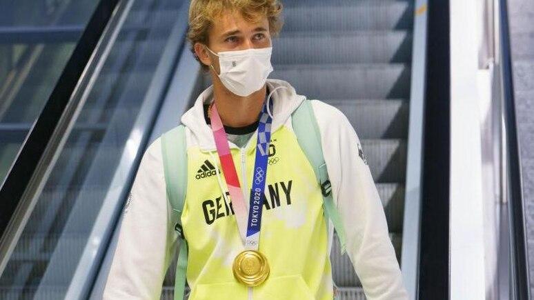 Der deutsche Tennisspieler Alexander Zverev kommt auf dem Frankfurter Flughafen an. Foto: Frank Rumpenhorst/dpa